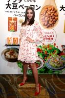 miranda-kerr-promoting-marukome-co-ltd-miso-products-in-tokyo-11019-6.jpg